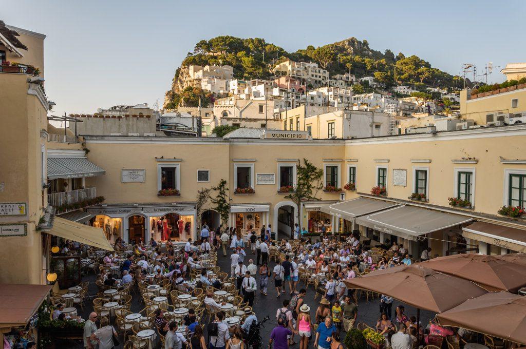 Moda, esclusiva Wwd: sarà Capri la location della sfilata della collezione Cruise di Chanel, l'evento a maggio 2020