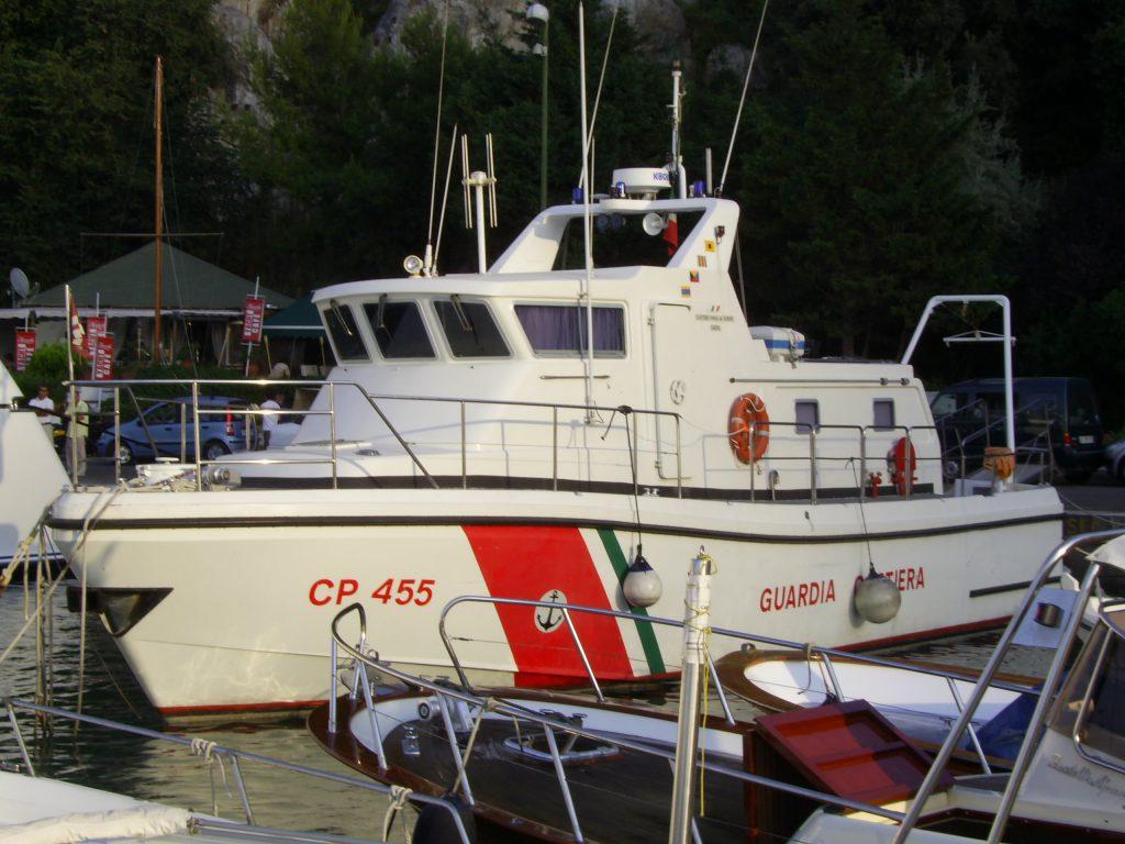 Coronavirus, il lavoro silenzioso ma prezioso della Guardia Costiera impegnata con l'idroambulanza per il trasporto dei tamponi e dei casi sospetti