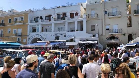 """Petulanza e caccia al turista, la denuncia dei Motoscafisti di Capri alle autorità: """"Marina Grande abbandonata al proprio destino"""""""