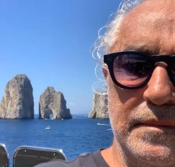 Gregoraci, intesa ritrovata con Briatore: per amore del figlio insieme sullo yacht a Capri. E lui davanti ai Faraglioni pensa a un nuovo partito