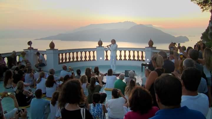 Magico risveglio all'aurora, ampia partecipazione alla passeggiata-concerto nell'alba caprese a Villa Lysis con Renato Esposito e Al Martino. Le foto