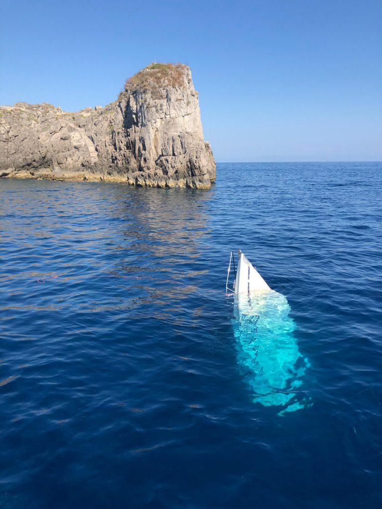 Barca in avaria di ritorno da Capri affonda davanti all'arcipelago Li Galli: soccorsi i 4 diportisti e recuperata l'unità. -Le foto-