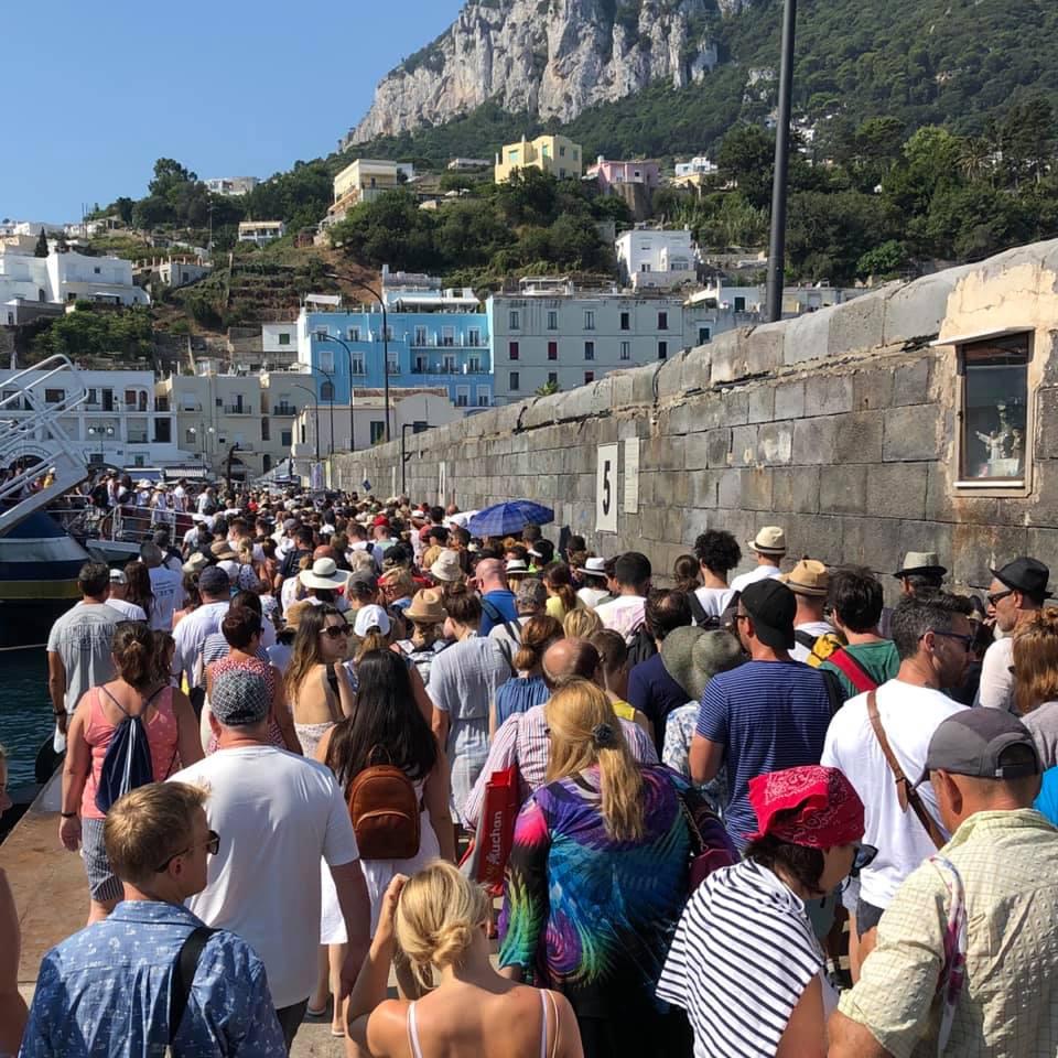 """La foto del giorno: """"invasione"""" d'agosto a Capri, folla di turisti sul porto"""