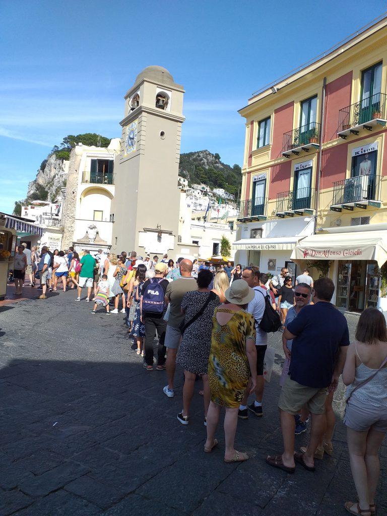 Estate infinita a Capri: folla record alla funicolare, guardate che fila!