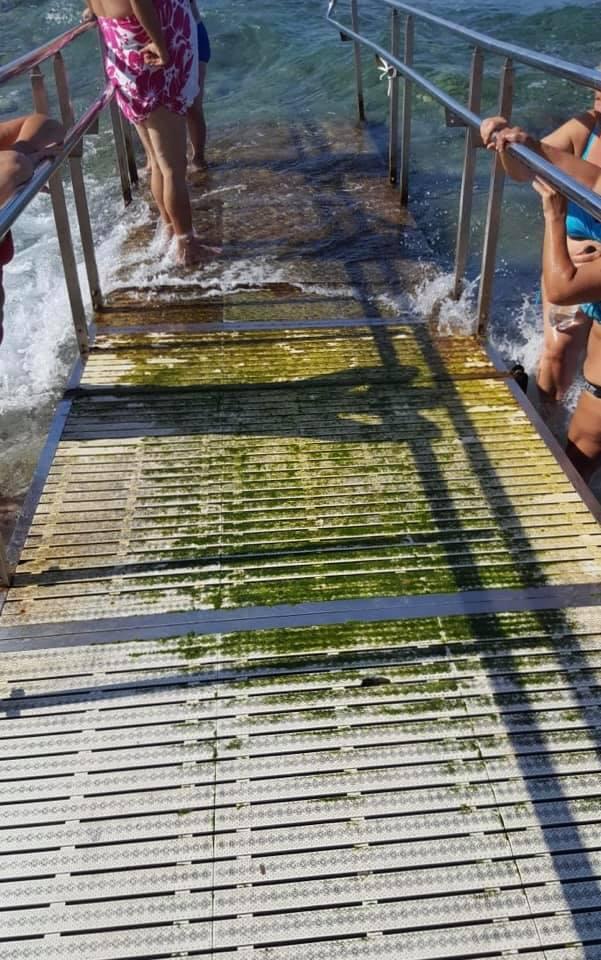Problemi sulla spiaggia di Marina Grande: lo scivolo per i diversamente abili è inutilizzabile