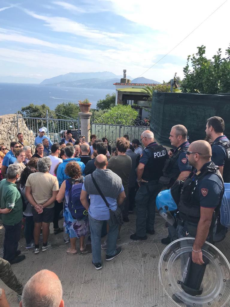 La polizia all'esterno dell'abitazione da demolire ad Anacapri. Le foto