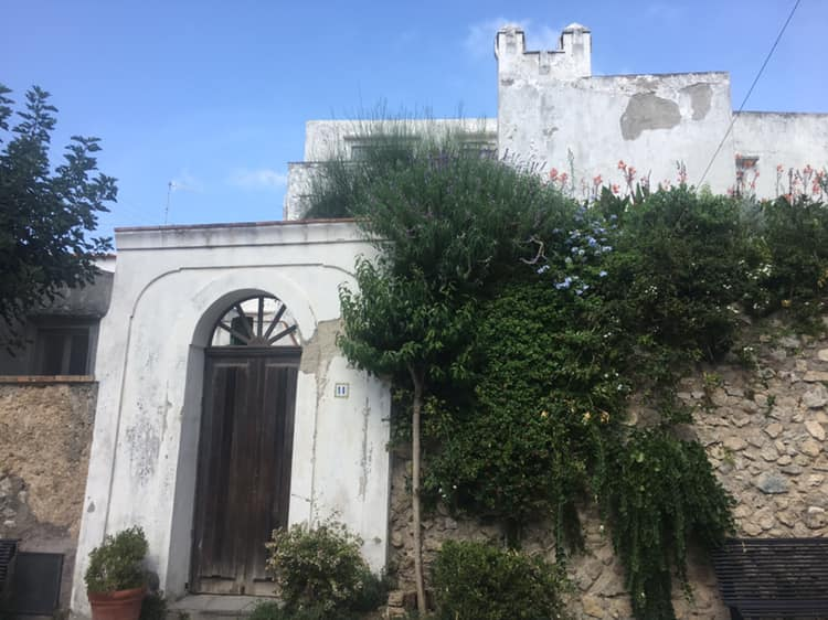 Ad Anacapri il primo centro per anziani: la casa di riposo in una villa di Piazza San Nicola che il Comune ha intenzione di acquisire al patrimonio pubblico