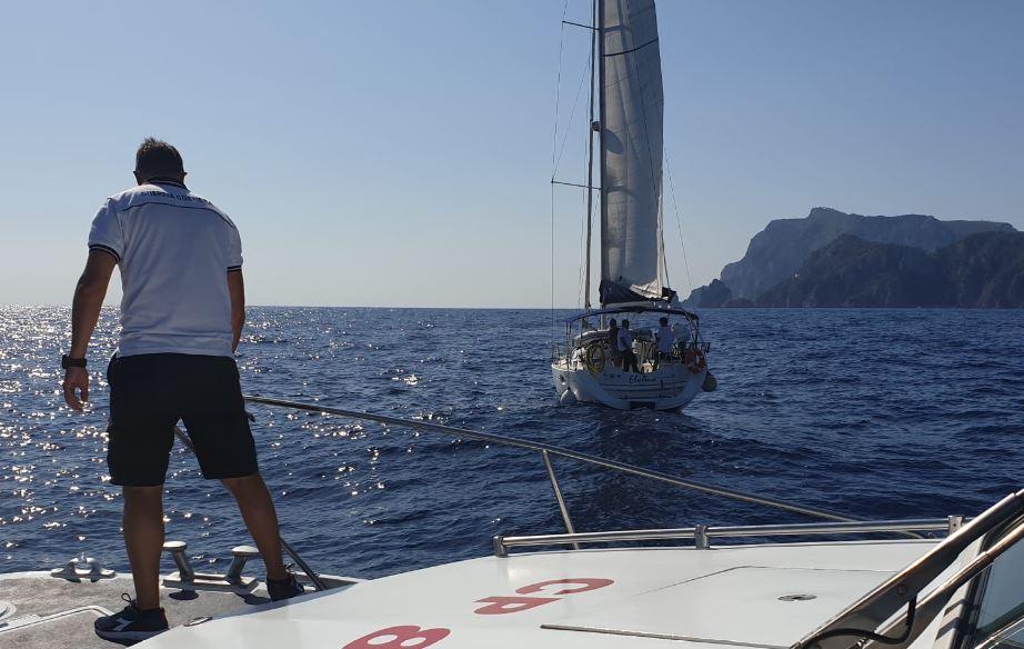 Barca a vela partita da Napoli con tre persone a bordo in avaria al largo di Capri soccorsa dalla Guardia Costiera