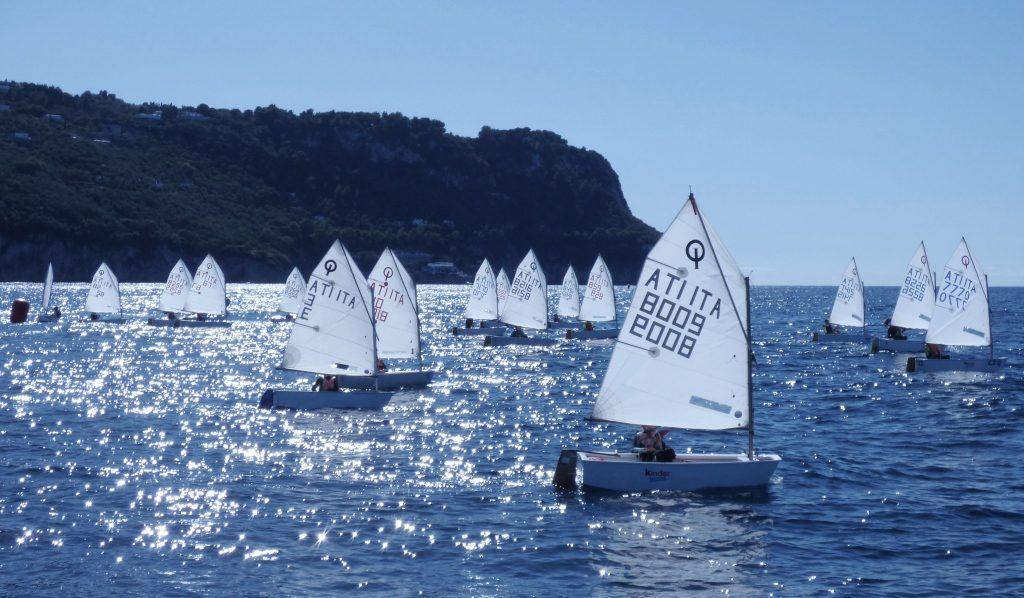 """Vela a Capri: attesi 80 partecipanti a Marina Grande per il quinto trofeo """"Fabrizio Galli"""", regata di classe optimist"""