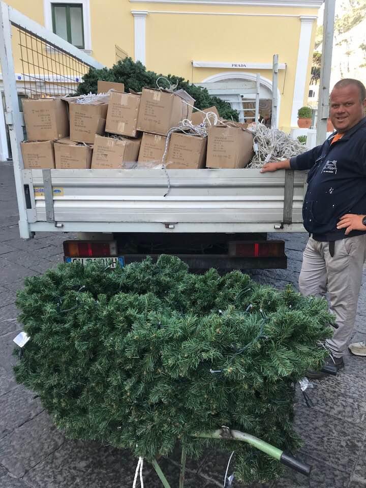 """Il clima è ancora estivo ma a Capri già inizia (tra le polemiche) l'installazione degli addobbi natalizi. Ironia social: """"Angurie al posto delle palline?"""""""