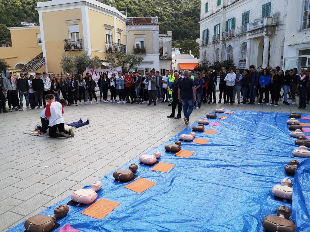 """Manovre di rianimazione cardiopolmonare presentate agli studenti dell'isola: ad Anacapri la campagna """"Viva!"""". Foto e video"""