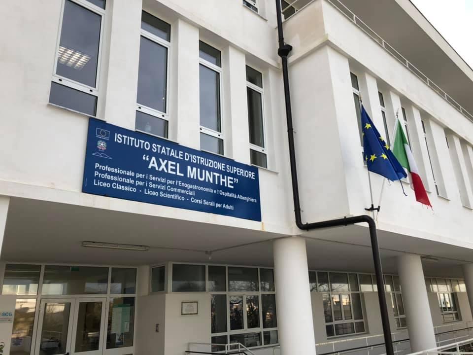 """Gli studenti dell'istituto Axel Munthe ad Anacapri disertano per protesta le lezioni: """"Blatte e grilli a scuola"""""""