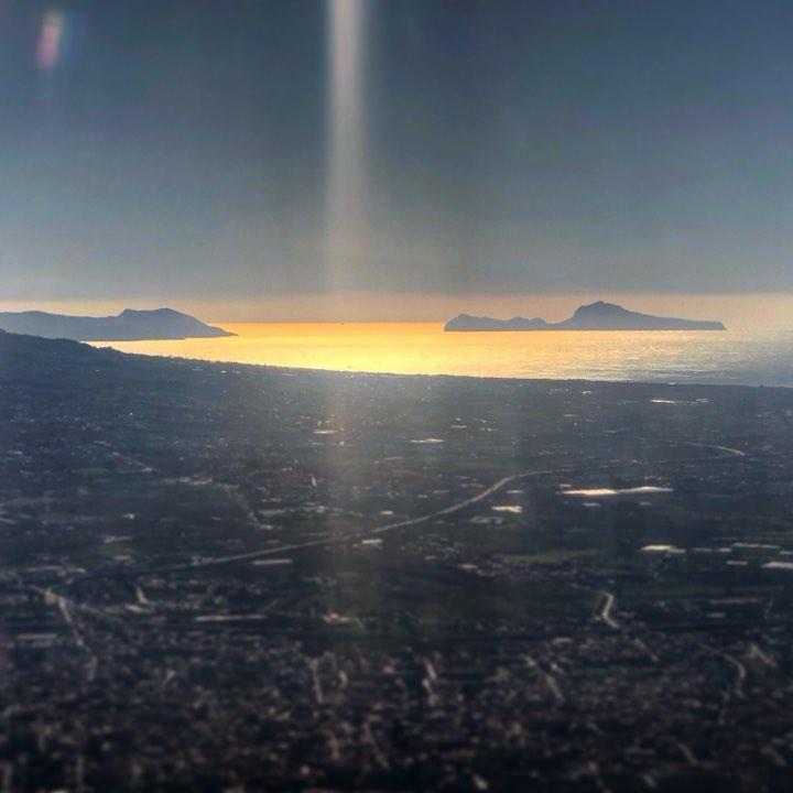 Capri sullo sfondo vista dall'alto: le bellissime foto scattate da un volo di linea poco prima dell'atterraggio a Napoli