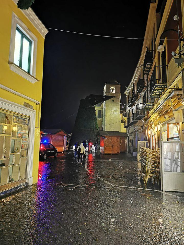 Maltempo, forte tempesta a Capri: paura e danni, l'albero di Natale perde la testa. Foto e video