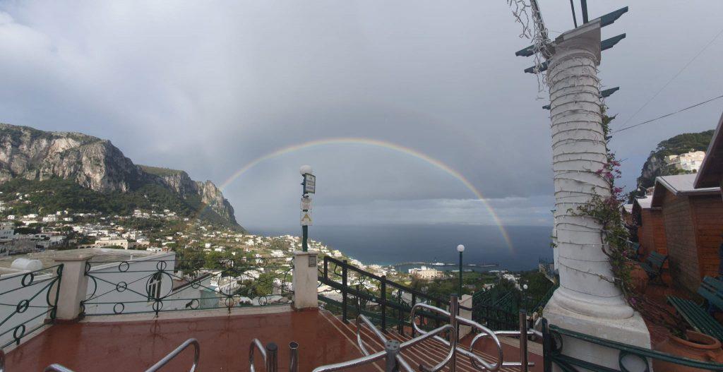 La foto del giorno: uno straordinario arcobaleno abbraccia Capri