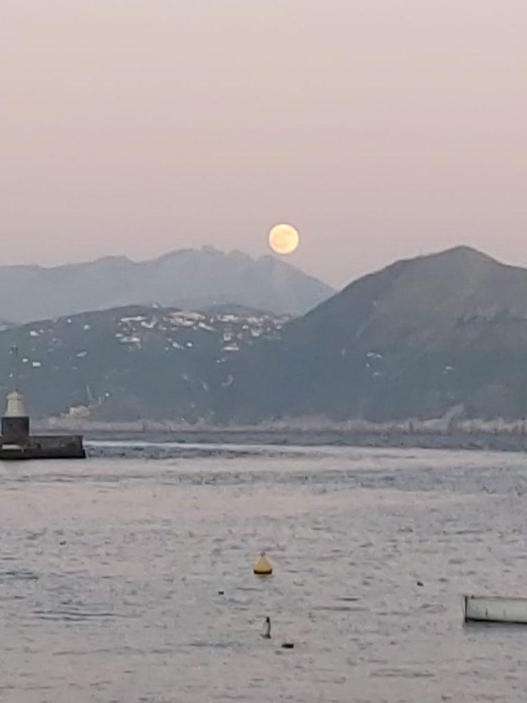 La foto del giorno: spunta la luna dal monte… ed è spettacolare