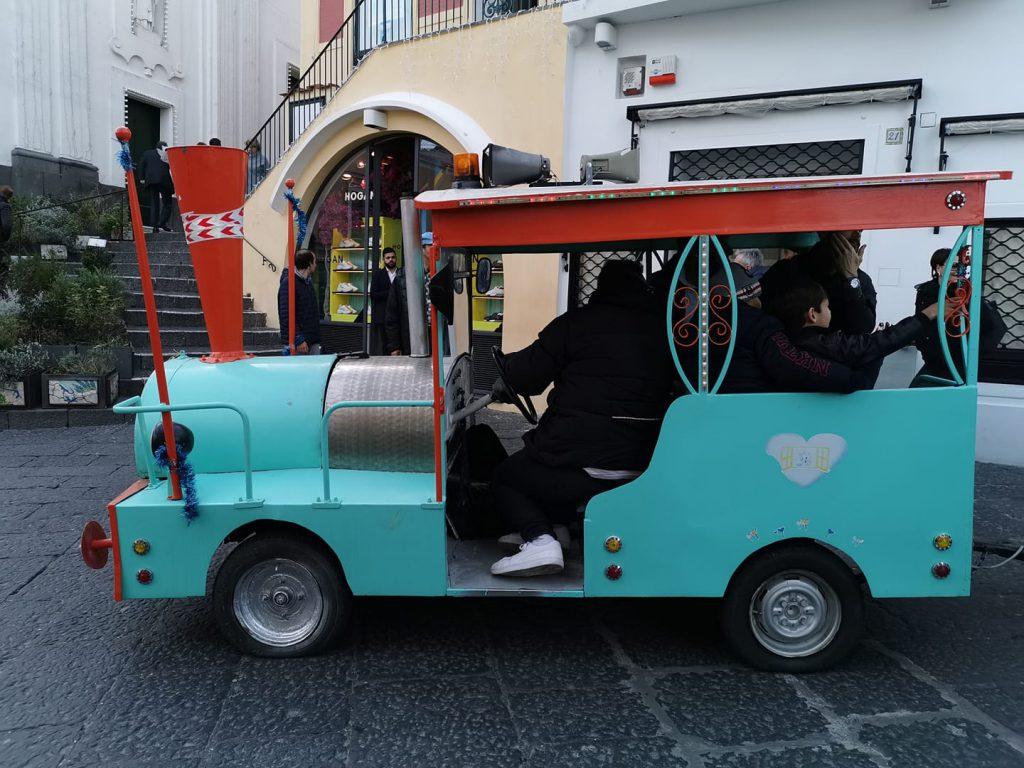 """Natale di polemiche a Capri. """"Il trenino ha le ruote sgonfie"""": sui social scoppia l'allarme sicurezza. Dopo il post riparato il guasto e risolto l'inconveniente"""
