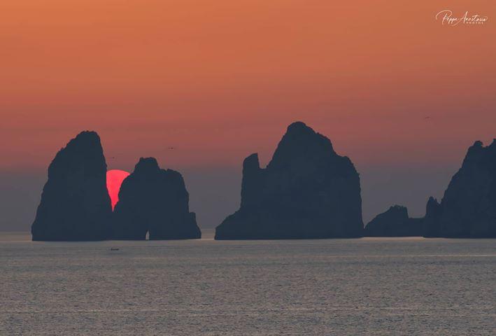 Capri e il tramonto da favola in un gennaio surreale: le foto scattate da Punta Campanella sono magiche