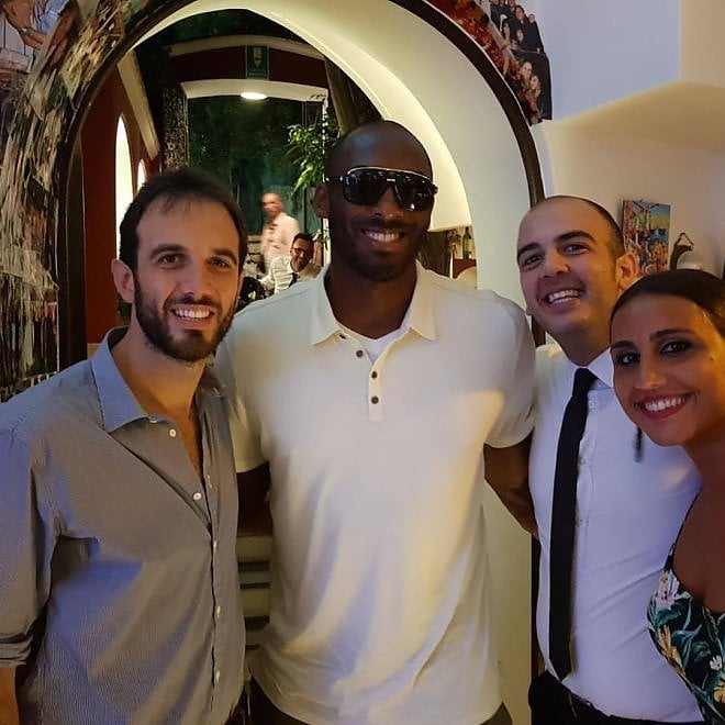 Basket: Kobe Bryant, star Nba, morto in un incidente di elicottero in California. Nella foto in vacanza a Capri nel 2017