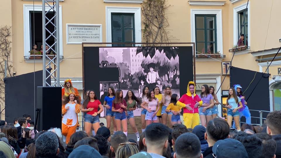 Carnevale a Capri, la sfilata dei carri allegorici e l'esibizione in Piazzetta. Le foto