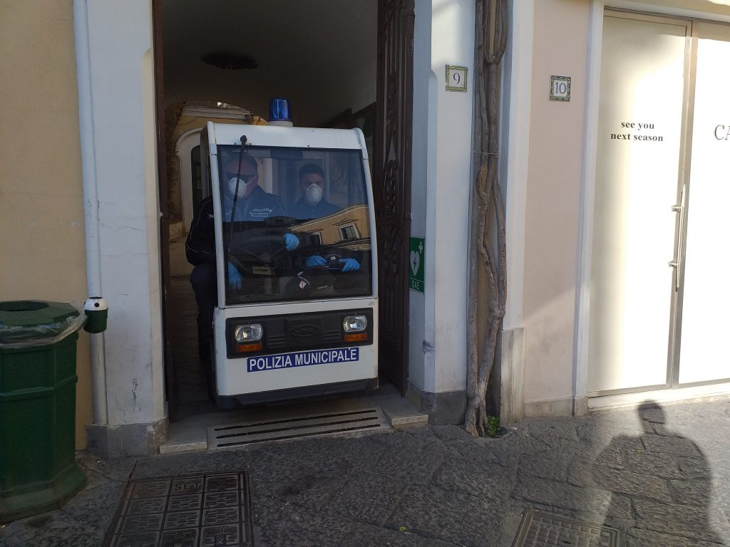 Era andato a Tragara a… fare la spesa: multato. Troppe persone in strada a Capri negli ultimi giorni, numerose sanzioni