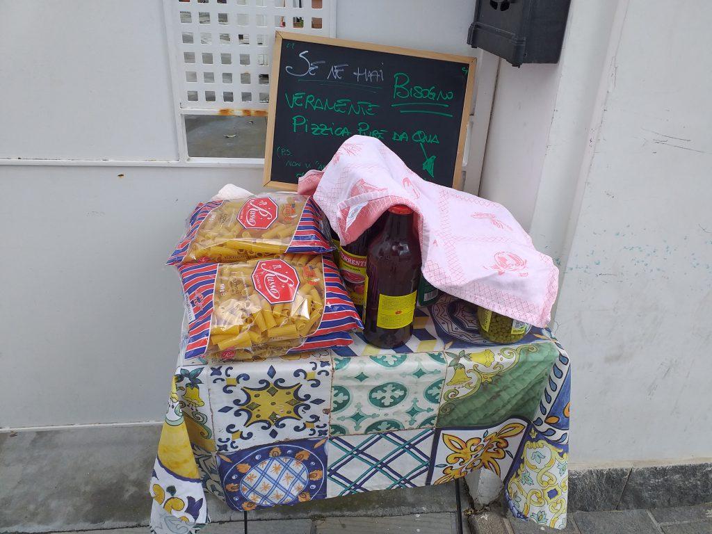 """Coronavirus e crisi economica, """"se ne hai bisogno pizzica da qua"""": spunta un banchetto solidale ad Anacapri con pacchi di pasta e barattoli di pomodoro"""