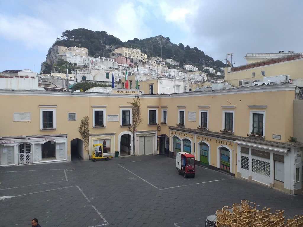 L'Italia si ferma in segno di lutto per le vittime del coronavirus: bandiere a mezz'asta anche a Capri. Le foto dalla Piazzetta vuota