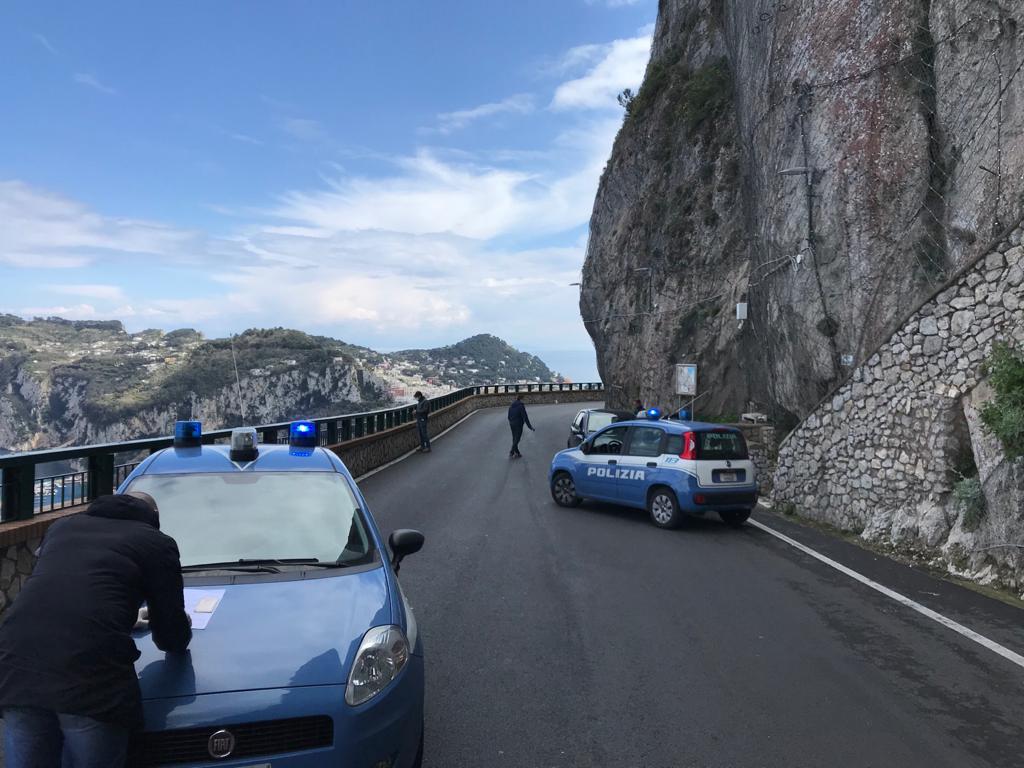 Coronavirus, controlli senza sosta. Posti di blocco della Polizia lungo la Provinciale tra Capri e Anacapri, numerosi denunciati. Le foto