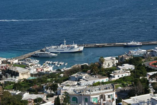 Collegamenti marittimi con Capri: cambiano gli orari delle navi Caremar nel weekend