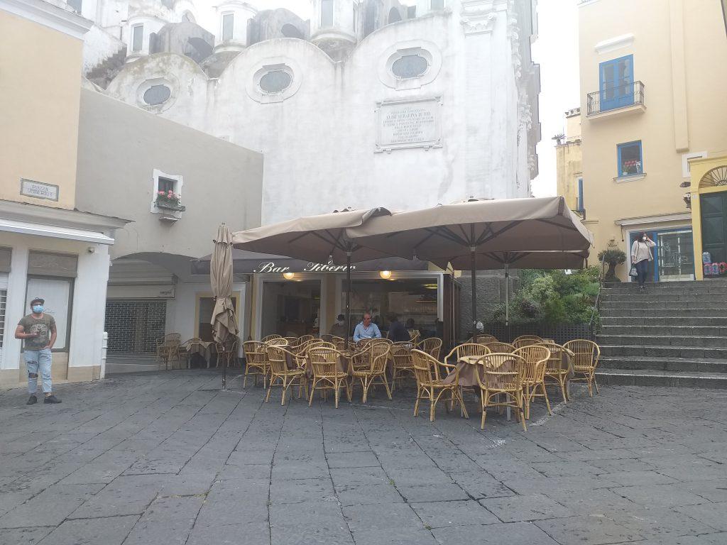 Dopo il lockdown riaprono i primi caffè nella Piazzetta di Capri e tornano i tavolini: si inizia da Bar Tiberio e Bar Funicolare