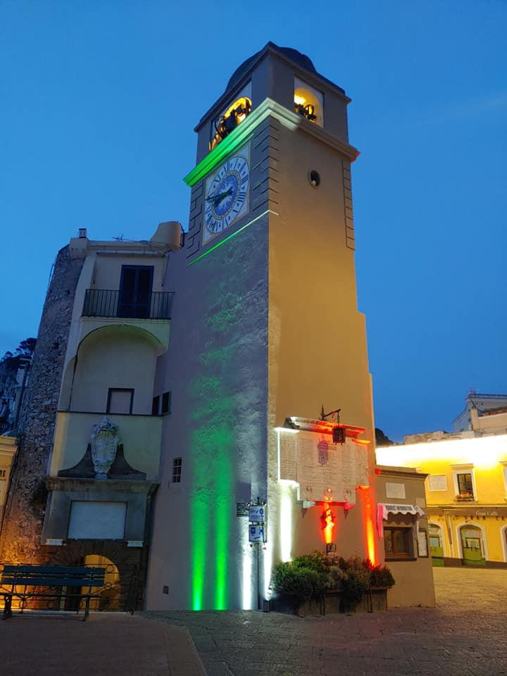 """Fascio di luce tricolore nella Piazzetta di Capri e intorno al campanile in occasione della """"Festa della Repubblica"""""""
