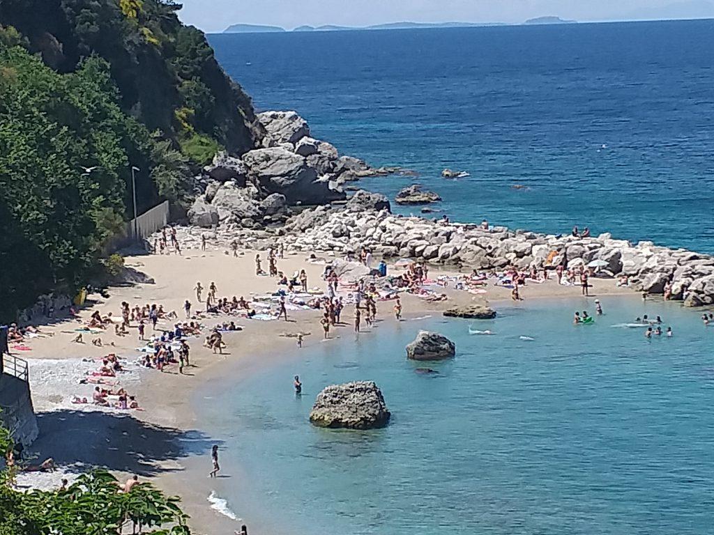 2 giugno: anticipo d'estate a Capri, mare spettacolare e folla in spiaggia. Le foto