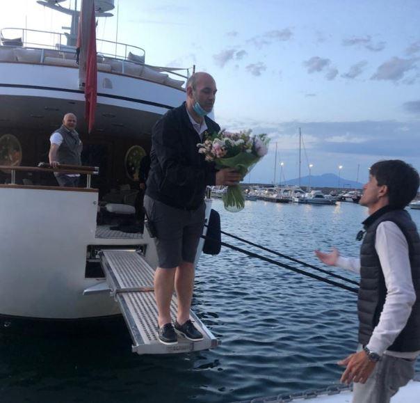 Arriva il primo yacht dopo il lockdown nel porto turistico di Capri: benvenuto Sirahmy. Le foto
