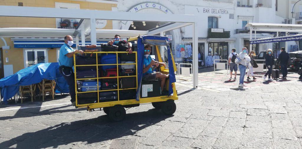 Riparte il turismo a Capri: ecco il primo carrello carico di bagagli