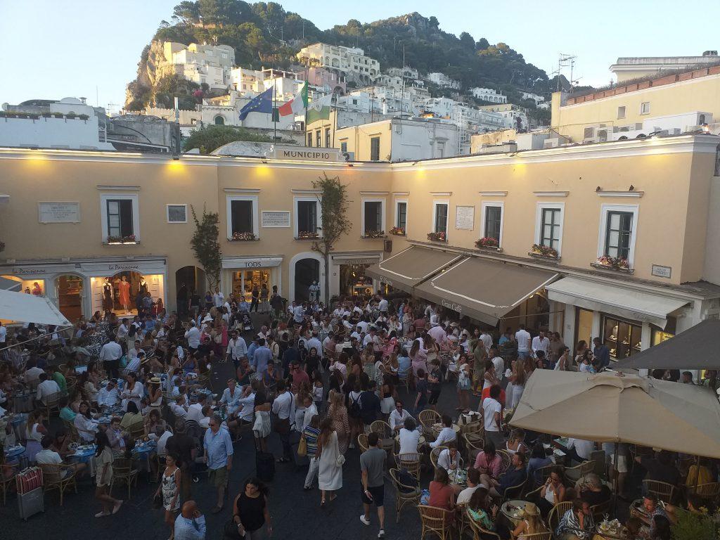 Sabato sera col pienone: le foto dalla Piazzetta di Capri