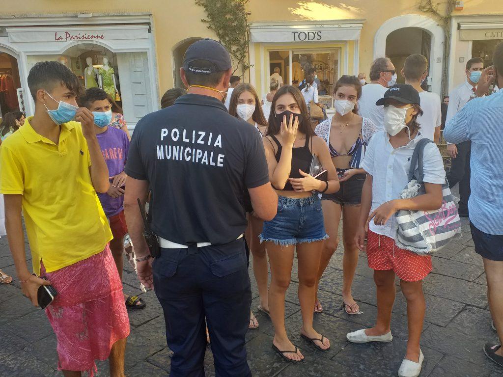 Ferragosto, la Protezione Civile distribuirà 50mila mascherine gratuite a residenti e turisti e Capri, Forio d'Ischia, Bacoli, Portici e Mondragone