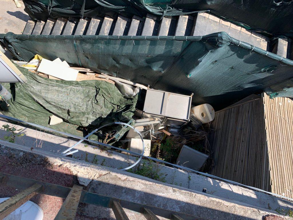 """La lettera di indignazione: """"Mi vergogno delle condizioni schifose della rampa che porta alla spiaggia di Marina Grande"""""""