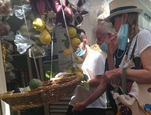 De Laurentiis e signora ormai sono fissi a Capri: eccoli mentre scelgono la frutta da comprare