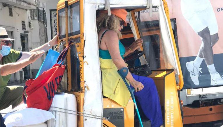 Simona Izzo mostra ancora i postumi dell'incidente in mare: una stampella l'aiuta negli spostamenti a Capri. Le foto