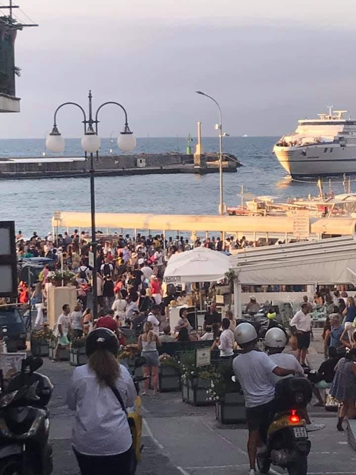 Il controesodo della domenica sera dopo un weekend da tutto esaurito a Capri: folla sulla Banchinella
