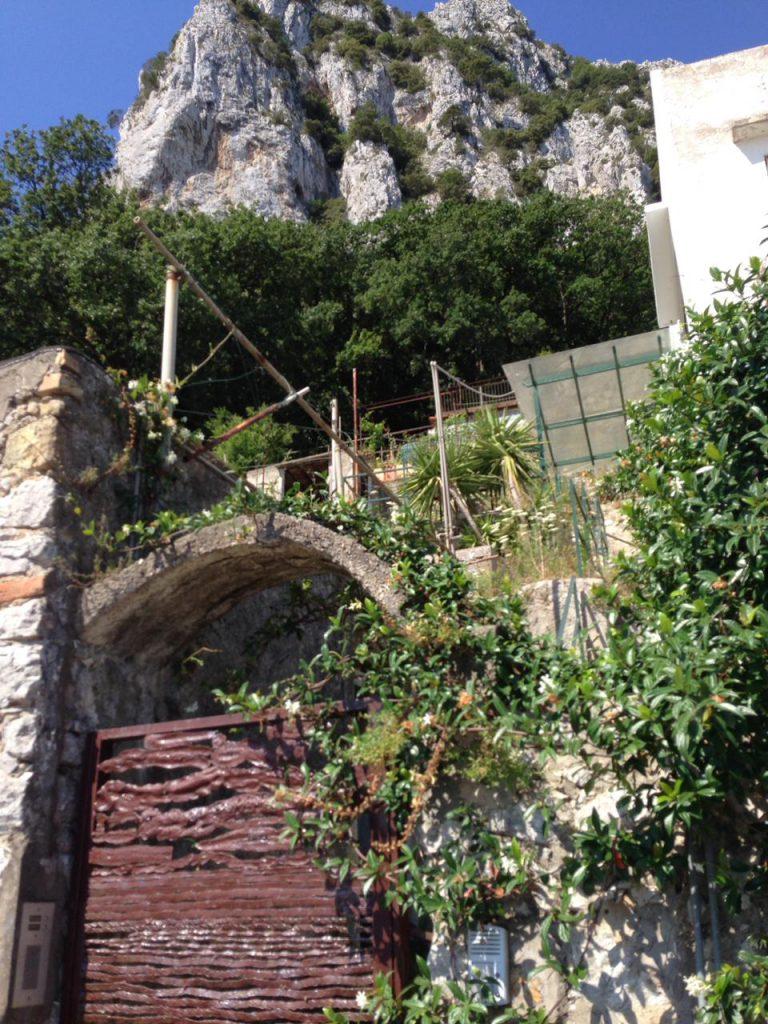 Immobile donato al Comune di Capri giace in abbandono e incuria, il gruppo consiliare CapriVera diffonde foto e video