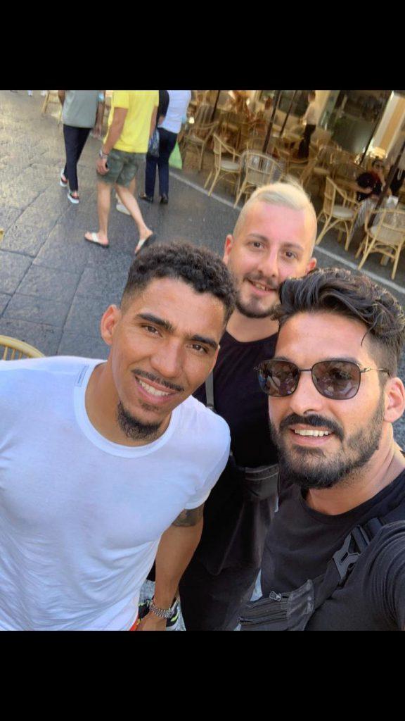 Allan e Coutinho a Capri: relax in famiglia in Piazzetta e selfie con i fan