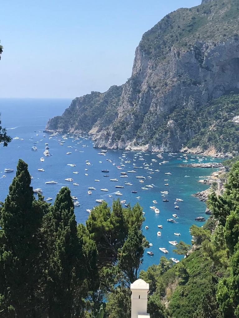 Tappeto di barche a Capri: invasione a Marina Piccola. E l'area marina protetta?