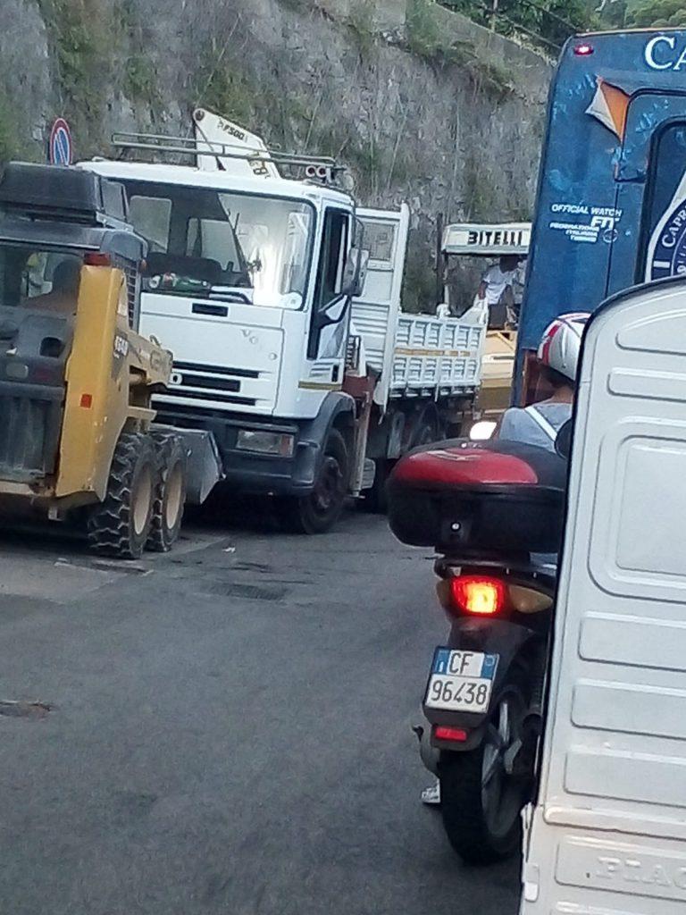 Lavori di fresatura e ripavimentazione a Capri: mattinata infernale in via Provinciale Marina Grande e ai Due Golfi. Le foto