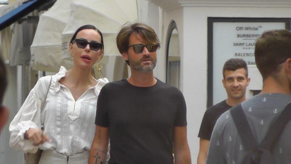 Nina Moric paparazzata a Capri mano nella mano con il nuovo compagno: è un imprenditore di Castellammare di Stabia. VIDEO