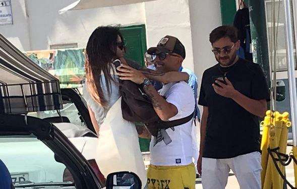 Nina Moric a Capri. Per l'ex di Corona baci e abbracci con gli amici a Marina Grande: le foto