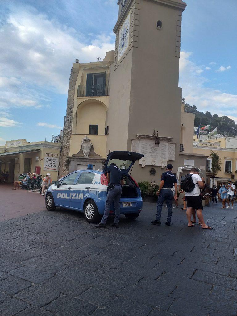 Obbligo delle mascherine all'aperto nei finesettimana nel centro di Capri, continuano i controlli delle forze dell'ordine. Le foto