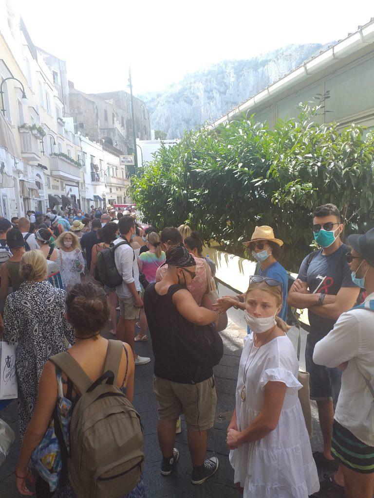 Weekend di Ferragosto col pienone a Capri. Folla e lunghe file alla biglietteria dei bus: le foto