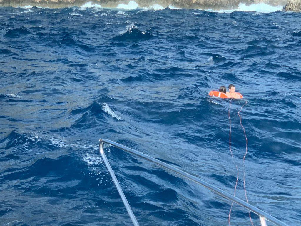 Pomeriggio di paura ad Anacapri: due bagnanti travolti dalle onde sugli scogli rischiano di annegare nel mare burrascoso, miracoloso salvataggio ad opera della Guardia Costiera. Le foto