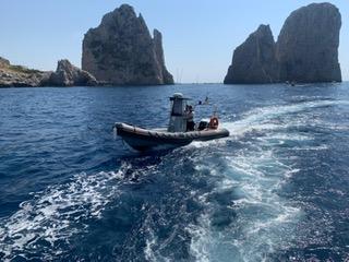Skipper colto da malore e due unità in avaria nelle acque di Capri. Multe a raffica per navigazione sotto costa e per eccesso di velocità. Sanzionata compagnia marittima sul porto